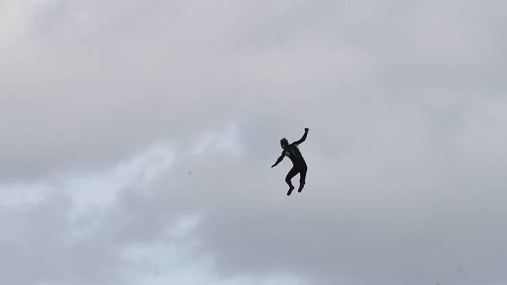 John Bream, ehemaliger Fallschirmspringer aus Großbritannien, springt aus etwa 40 Metern Höhe von einem Hubschrauber aus ins Meer. Er hat sich ohne Fallschirm ins Meer gestürzt, um einen Weltrekord aufzustellen. Foto: Andrew Matthews/PA Wire/dpa