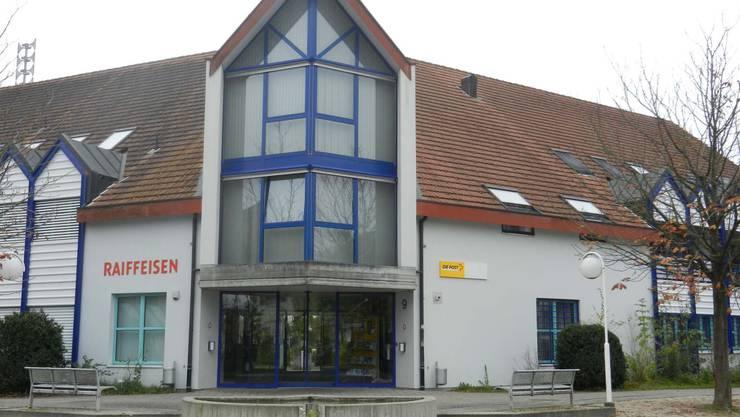 Die Gemeindeverwaltung, mit Post und Bank im Zentrum Subingens. Die Postfiliale wird überprüft.