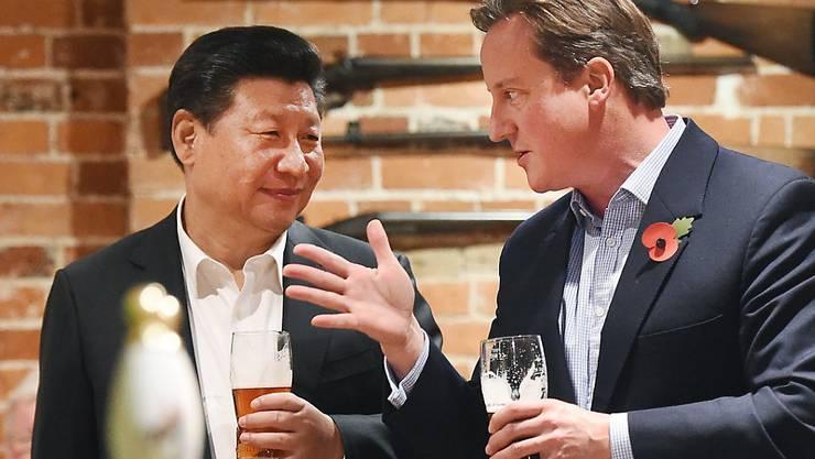 David Cameron und Xi Jinping lassen den Arbeitstag in guter britischer Tradition im Pub bei einem Bier ausklingen.