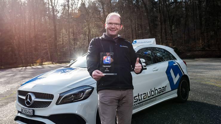 Patrick Straubhaar mit der Auszeichnung. Er ist der beste Fahrlehrer im Kanton Solothurn.