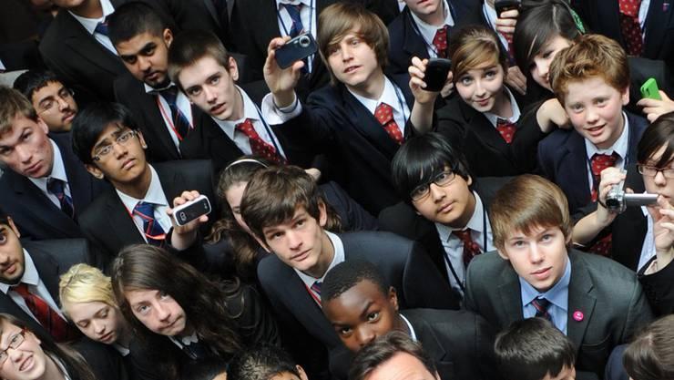 Tory-Chef David Cameron am Landau Forte College in Derby umringt von Studenten.