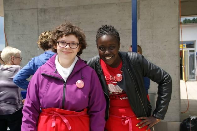 Rebecca (links) und Cheryl verkaufen selbst gebackenen Kuchen
