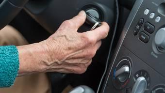 Senioren schätzen ihr Fehlverhalten beim Autofahren zu niedrig ein. Dies, obwohl die Unfallhäufigkeit ab siebzig Jahren wieder ansteigt. (Symbolbild)