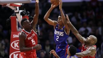 Der Genfer Clint Capela (links) versucht Shai Gilgeous-Alexander von den Los Angeles Clippers zu blocken