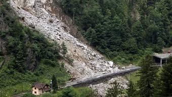 Ein Felssturz wie im Juni 2012 bei Gurtnellen UR auf die Gotthard-Bahnlinie führt für Transportunternehmen zu einer Ausnahmesituation. Das will der Bund in einer Verordnungsänderung berücksichtigen. (Archivbild)
