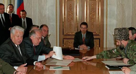 Als Leiter der OSZE-Mission vermittelte Guldimann (Mitte) in Tschetschenien 1996 den Waffenstillstand organisierte die ersten freien Wahlen.