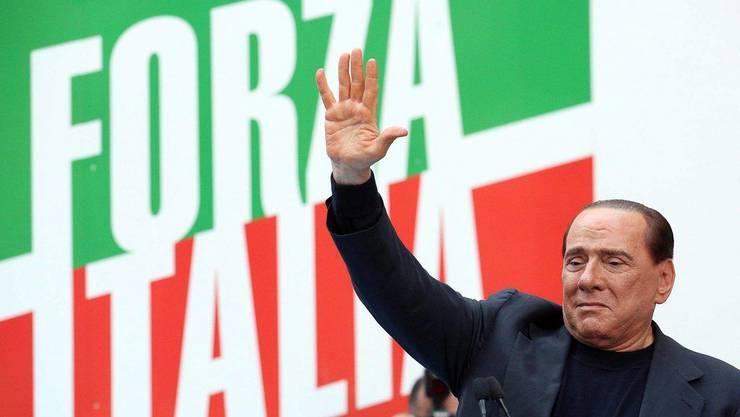 Berlusconi auf dem Demo in Rom: «Ich bin hier, ich bleibe hier, ich gebe nicht auf».
