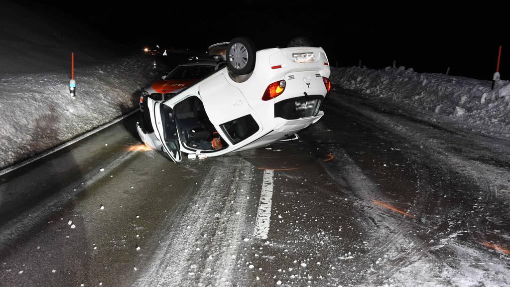 Auto überschlagen – Fahrerin mit der Rega ins Spital geflogen