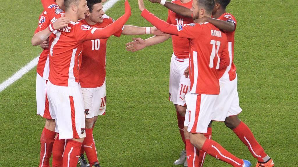 Jubel der Österreicher nach dem 2:0 während des EM-Qualifikationsspieles Österreich gegen Liechtenstein. (FOTO: APA/ROBERT JAEGER/KEYSTONE)