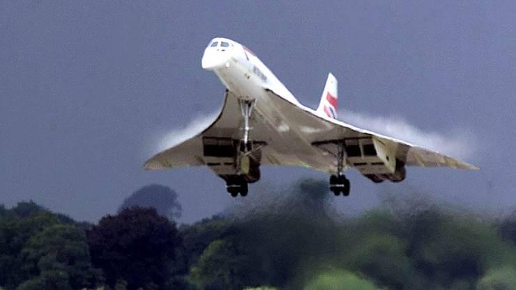 Eine Concorde der  British Airways Concorde landet auf dem Shannon Airport in Irland am 7. August 2001. Bald darauf war es fertig mit dem Überschallflugzeug.