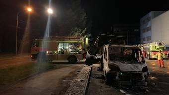 In Winterthur hat ein Brandstifter mehrere Postautos und einen Lieferwagen in Brand gesetzt. (Bild: Kantonspolizei Zürich)