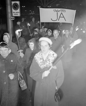 Frauengruppen demonstrieren am 20. Januar 1959 in Zürich für die Einführung des Frauenstimmrechts auf nationaler Ebene.
