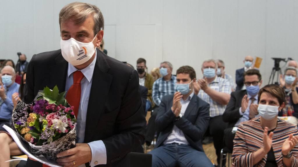 Gerhard Pfister - mit Blumen und Applaus nach seiner Wiederwahl zum Mitte-Präsident.