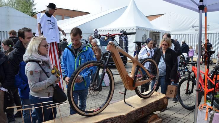 Auf Schritt und Tritt begegneten die Besucher der Mega19 interessanten Ausstellungsstücken. Hier zum Beispiel einem robusten Freizeitvelo mit einem Rahmen ganz aus Holz.