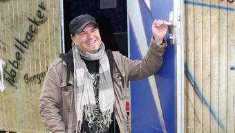 Jugendarbeiter Patrick Hanke vor dem mobilen Jugendhaus. Foto: cfr