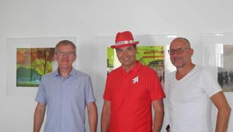 OK-Präsident François Scheidegger im Fan-Outfit mit den weiteren OK-Mitgliedern Theo heiri (links) und Mike Brotschi.