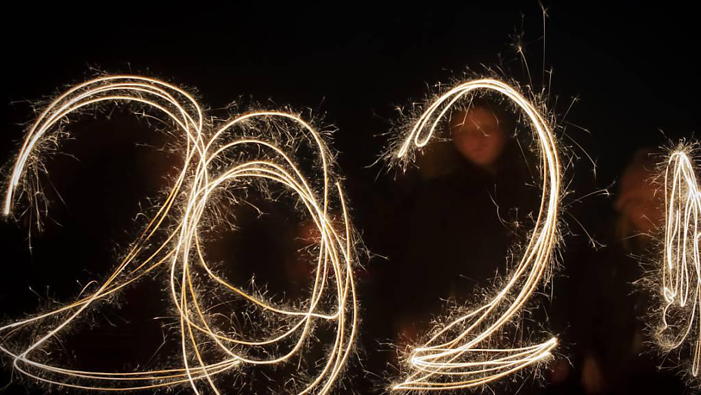 Das neue Jahr ist in der Schweiz mehrheitlich friedlich und corona-conform begrüsst worden. Doch Polizeien mussten auch illegale Partys auflösen.