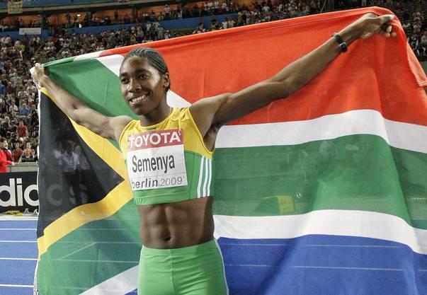 Ihren ersten grossen Erfolg durfte die Läuferin 2009 feiern, als sie sich ihren ersten Weltmeistertitel sicherte. Schon vor dem Start kursierten Gerüchte, wonach die die Südafrikanerin keine richtige Frau sei.