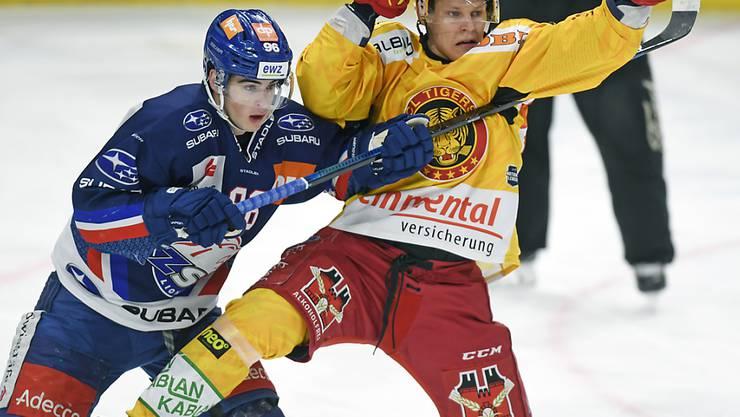 Harter Einsatz zwischen dem Zürcher Tim Berni (links) und dem Langnauer Goalgetter Harri Pesonen