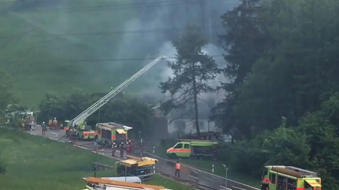 Feuerwehr löscht brennendes Einfamilienhaus in Birmensdorf