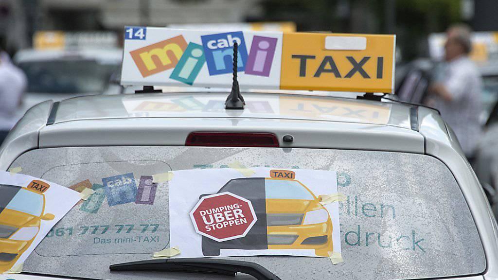 Basler Taxifahrer machen gegen Uber mobil. Ähnliche Aktionen gab es in Zürich und Genf.