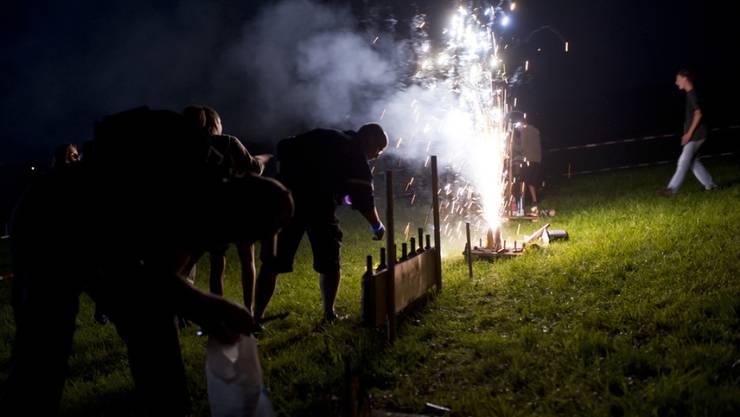 Feuerwerk am 1. August hat Licht- und Schattenseiten gleichermassen. Ein achtsamer und sachgerechter Umgang mit den Feuerwerkskörpern verhindert Verletzungen und Brände. (Archivbild)