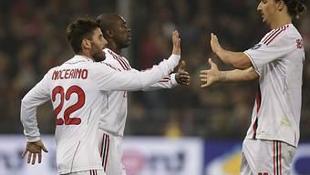 Torschütze Antonio Nocerino (Milan, links) lässt sich feiern.
