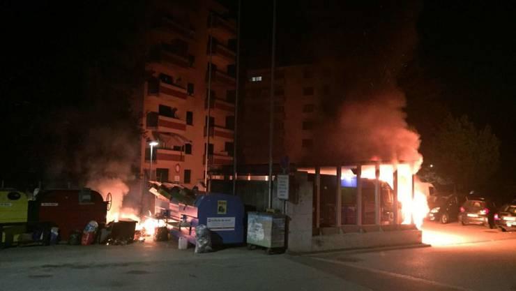 Beim Brand neben der Schule in Villars-sur-Glâne sind zwei Busse und ein Container ausgebrannt. (Bild: Kantonspolizei Freiburg)