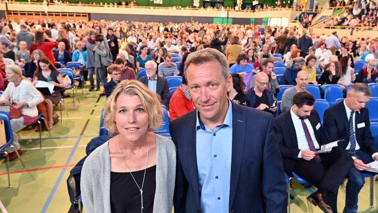 Präsident Mathias Stricker mit Vorgängerin Dagmar Rösler vor 2000 versammelten Lehrkräften in der Stadthalle Olten.