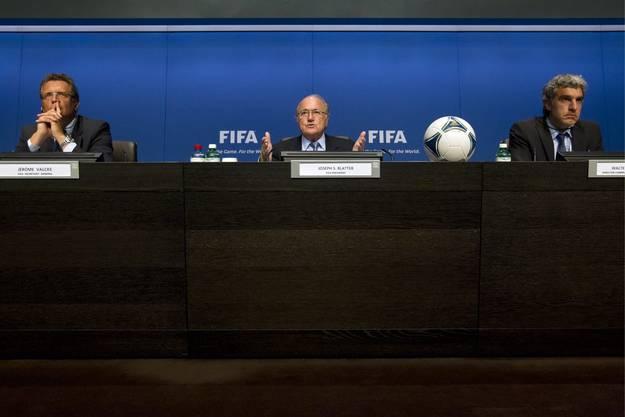 Am Tische vereint: Ex-Präsident Sepp Blatter (Mitte) spricht an der Seite von Jerome Valcke (l.) und Walter De Gregorio (r.).