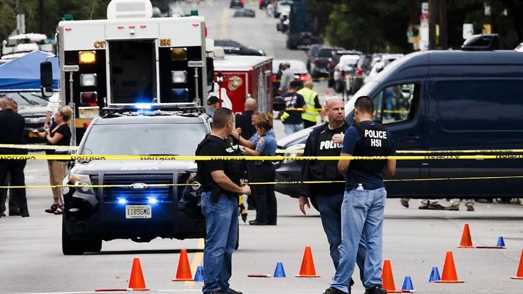 Polizisten sichern den Ort, an dem der Tatverdächtige des New Yorker Bombenanschlags festgenommen wurde.