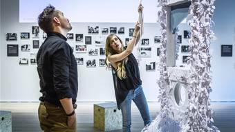 Sie befördert niemanden mehr ins Jenseits: Die Guillotine haben Hal Kirkland und Mandy Smith für die Demokratie-Ausstellung mit Papierblumen geschmückt.