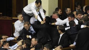 In der ersten Sitzung des neuen ukrainischen Parlaments bricht im Dezember 2012 eine Rauferei aus
