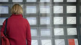 Eine Frau studiert Börsenkurse (Archiv)