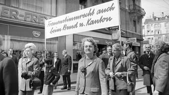 Frauen demonstrieren 1970 in Zürich für die Einführung des Frauenstimmrechts. Laut Historiker Josef Lang hat der Feminismus die Schweiz in den letzten 50 Jahren am stärksten demokratisiert.