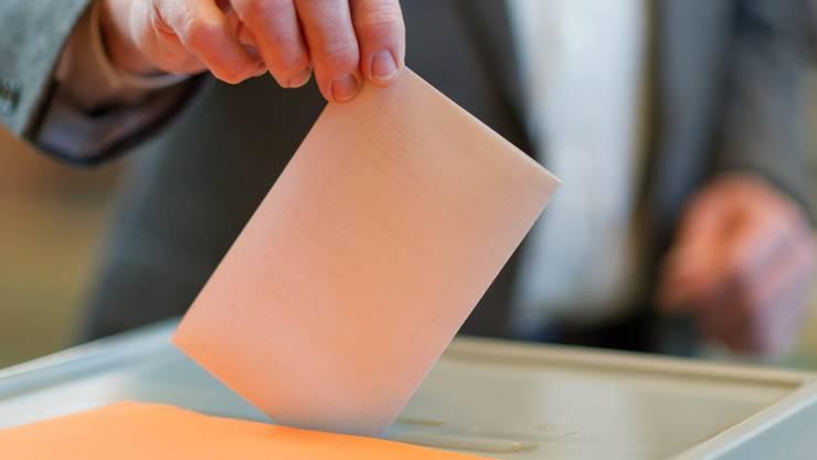 Ein Wähler wirft seinen Stimmzettel in eine Wahlurne. (Symbolbild)