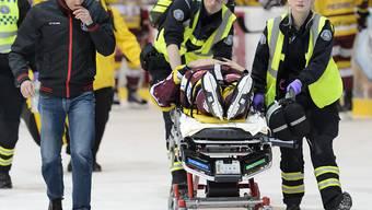 Servette-Verteidiger Daniel Rubin muss mit der Bahre verletzt vom Eis gefahren werden