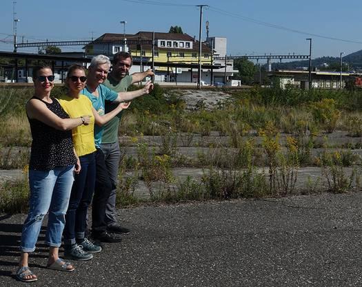 Myriam Frey Schär, Anna Engerer, Felix Wettstein und Raphael Schär zeigen wie nah und doch so fern der Bahnhof Hammer vom Olten SüdWest heute noch ist.