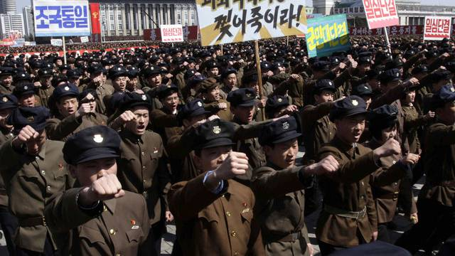 Nordkoreaner marschieren in der Hauptstadt Pjöngjang