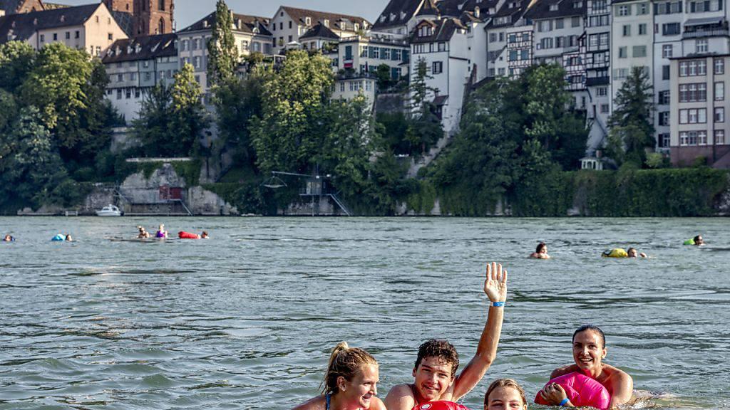 Mit dieser Perspektive kann man sich in Basel ab sofort beim Schwimmen im Rhein ablichten lassen und gleich im Internet zeigen.
