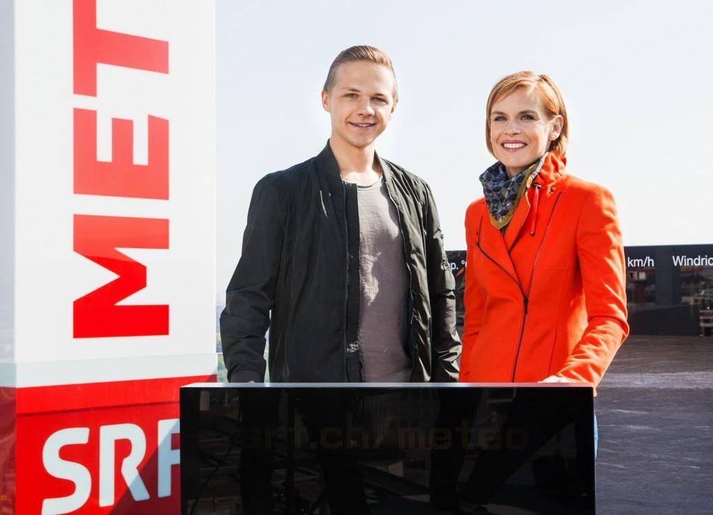 Mauro Hermann steht mit Moderatorin Sandra Boner auf dem SRF-Dach.