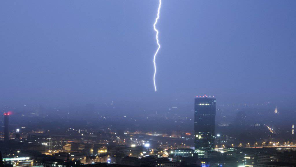 Blitze und Donner dürften in der Nacht auf Montag von vielen Menschen in der Schweiz wahrgenommen worden sein. (Archivbild)