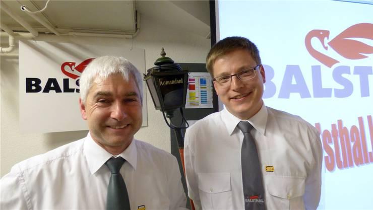 Christian Born (rechts) hat das Kommando der Stützpunktfeuerwehr BalsthalvonUrs Meier übernommen.