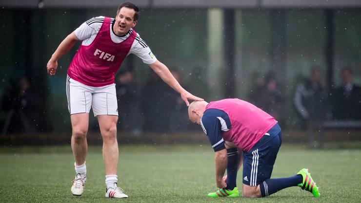 Aufmunternder Klaps auf die Glatze: Rinaldo Arnold und Gianni Infantino bei einem Freundschaftsspiel 2016 in Zürich.