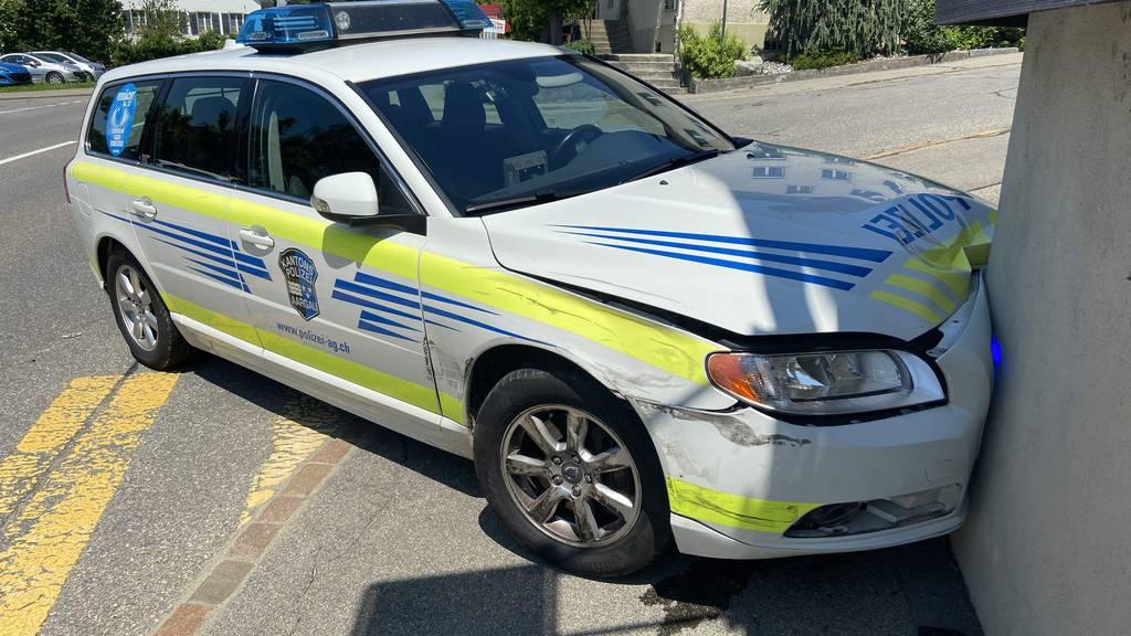 Aargauer Polizei crasht in Hausmauer
