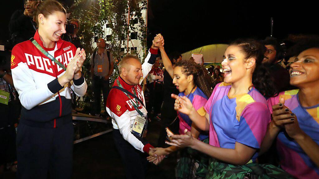 Tanzende Mitglieder des russischen Olympia-Teams 2016 am Willkommensfest im olympischen Dorf in Rio. 2021 in Tokio dürfen sie wegen  Dopingvorwürfen nicht unter russischer Flagge an den Wettbewerben teilnehmen.