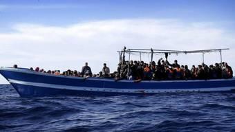 Flüchtlinge auf einem Boot vor der libyschen Küste (Symbolbild)