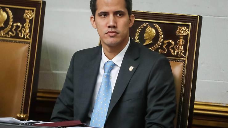 Der oppositionelle Präsident der Nationalversammlung, Juan Guaidó, fordert den venezolanischen Staatschef offen heraus.