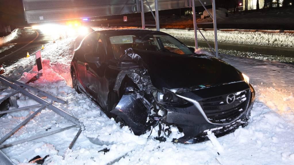 Ein 32-jähriger Lenker baute am Mittwochabend auf der A13 bei Domat/Ems einen Totalschaden.
