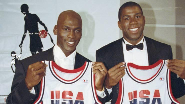 Michael Jordan (links) mit Magic Johnson und ihren 1992er-Olympia-Trikots. Dasjenige von Jordan aus dem Jahr 1984 wurde für 274'000 Dollar versteigert.